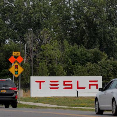 Tesla prepara comité para su salida de la Bolsa