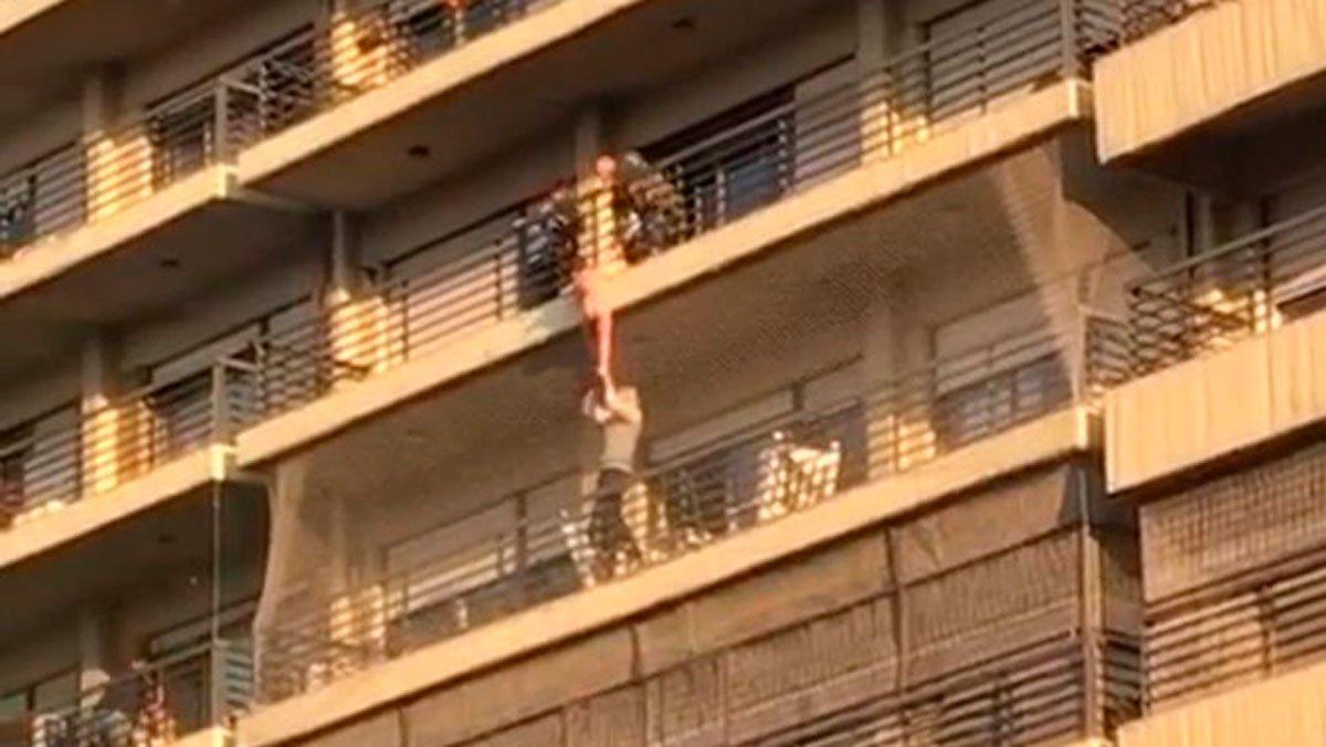 Tres hombres rescatan niño que colgaba balcón Argentina