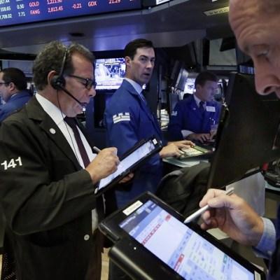 Riñas comerciales entre Estados Unidos y China pegan en Wall Street
