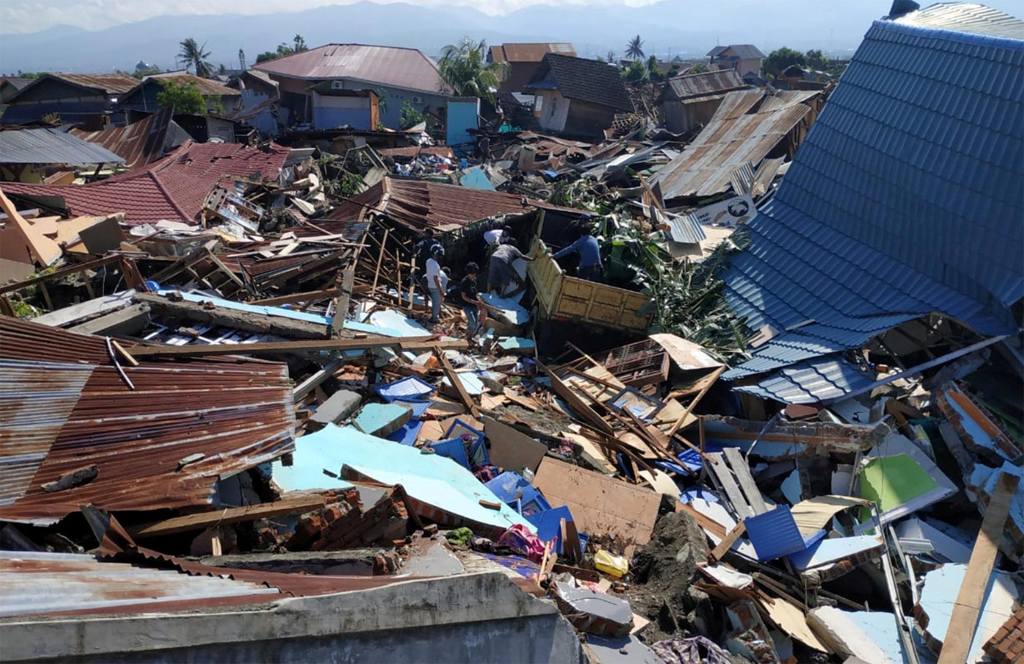 Habría al menos mil desaparecidos por sismo y tsunami en Indonesia