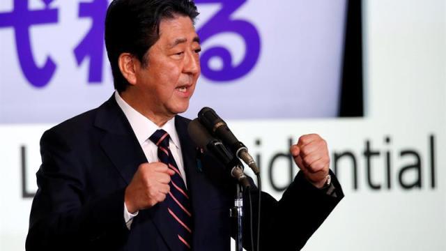 Reeligen a Shinzo Abe como presidente de su partido