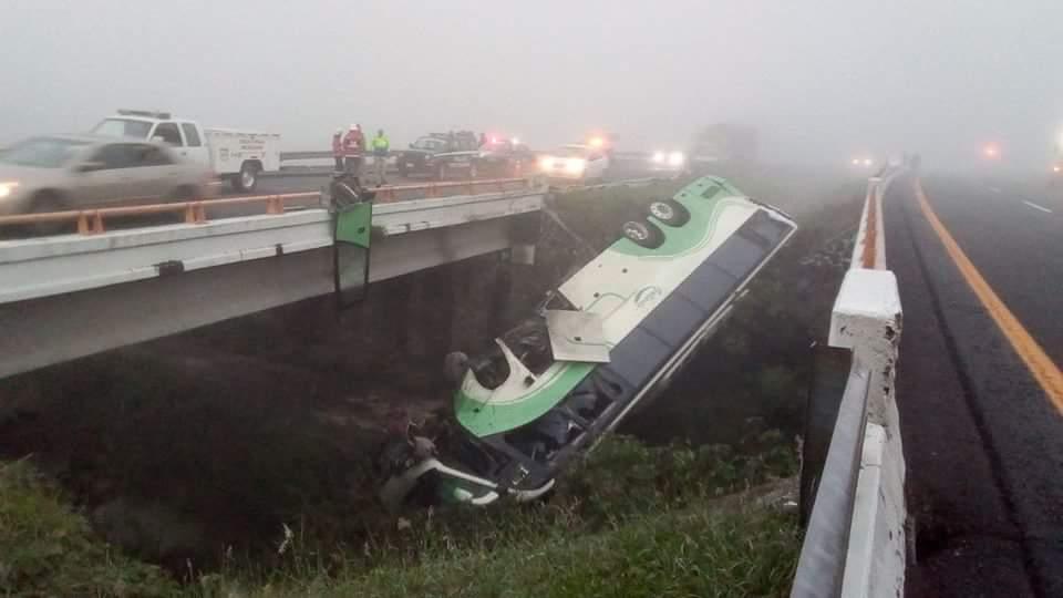 Accidente Michoacán hoy; vuelca camión de pasajeros