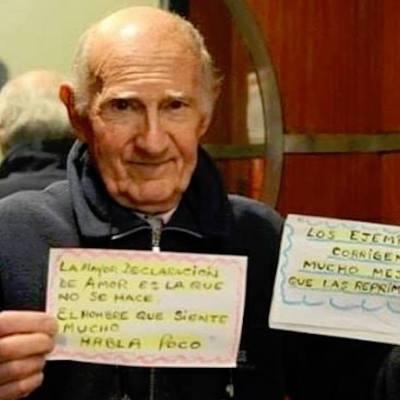 Abuelito deja un mensaje inspirador a sus vecinos diariamente