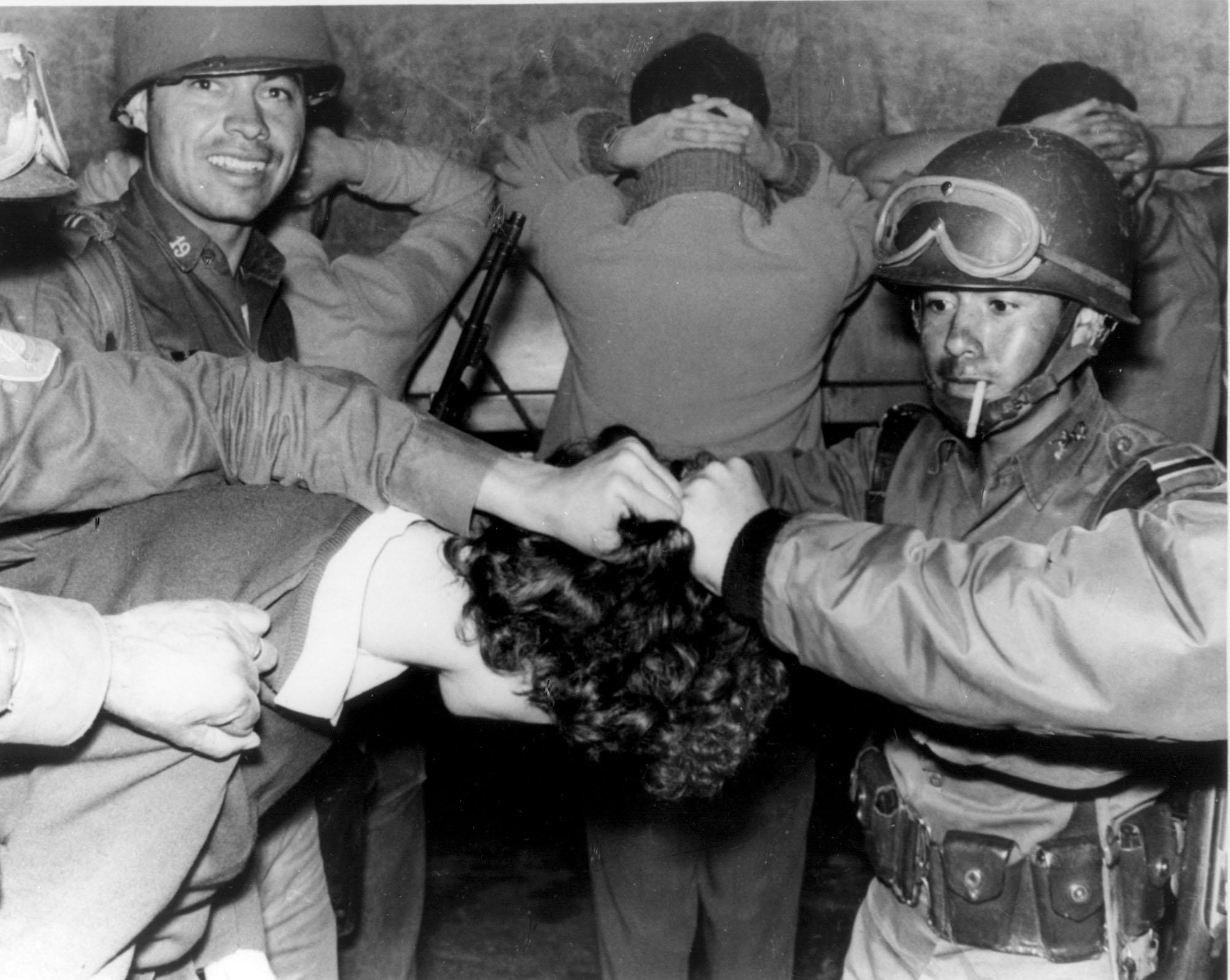 Soldados jalan del cabello a estudiante. 3 de octubre de 1968 (AP-Photo)