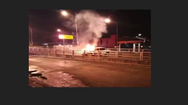 Tlalpan: coche termina en llamas al chocar con poste en Cdmx