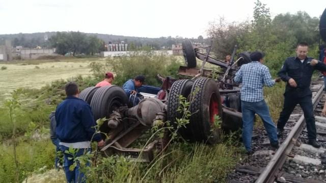 Tren arrolla a un camión en la carretera Reyes Zumpango
