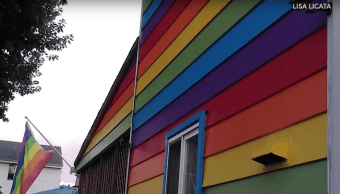 Pareja Pintó Casa Bandera LGBT+ Lau