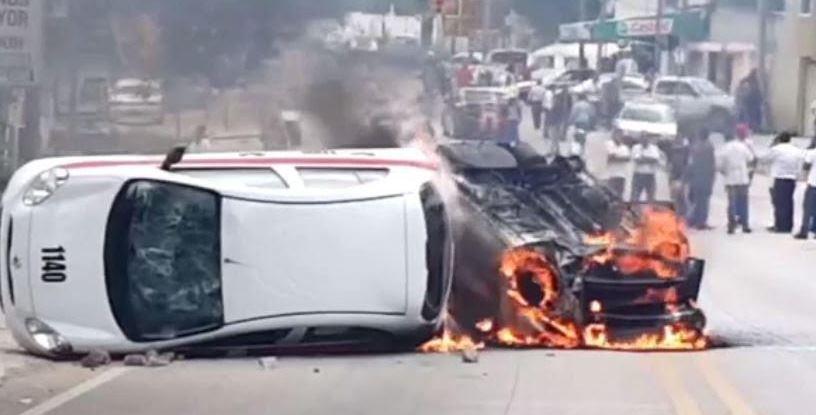 Choferes queman taxis piratas en Chiapas