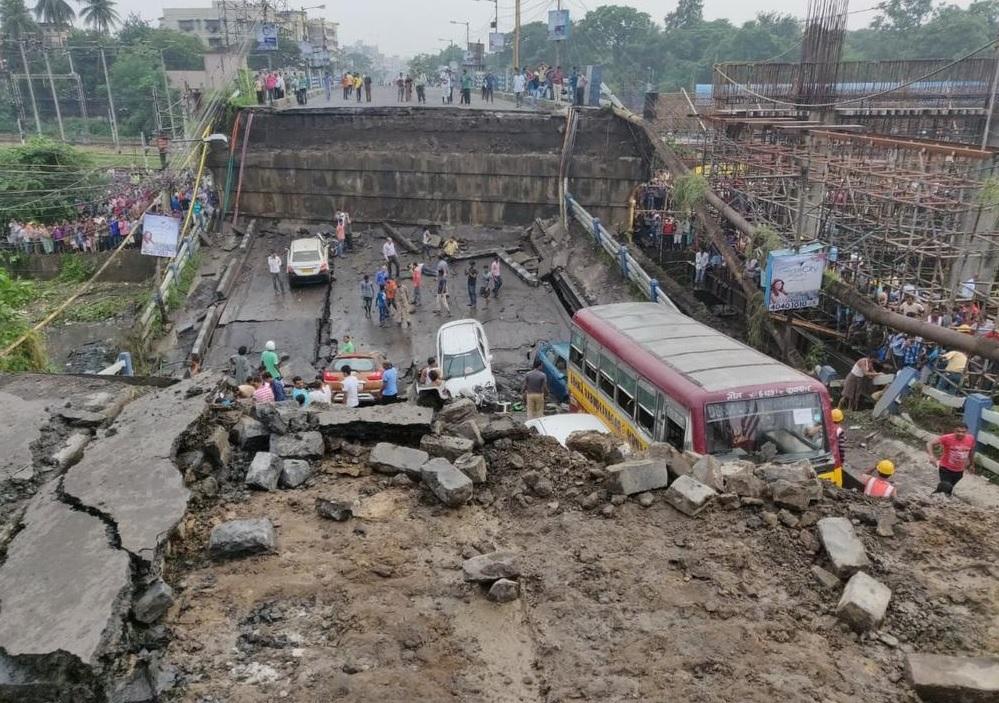 Derrumbe en puente de la India deja un muerto y varios heridos