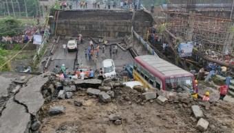 Colapsa puente en Calcuta, India; hay 25 heridos