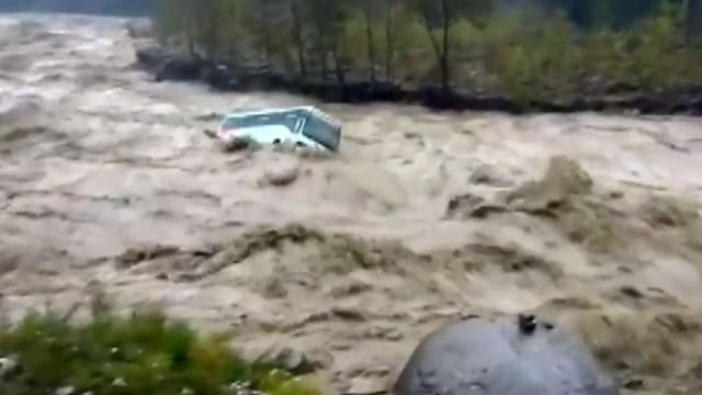 Autobús en India es arrastrado por río desbordado