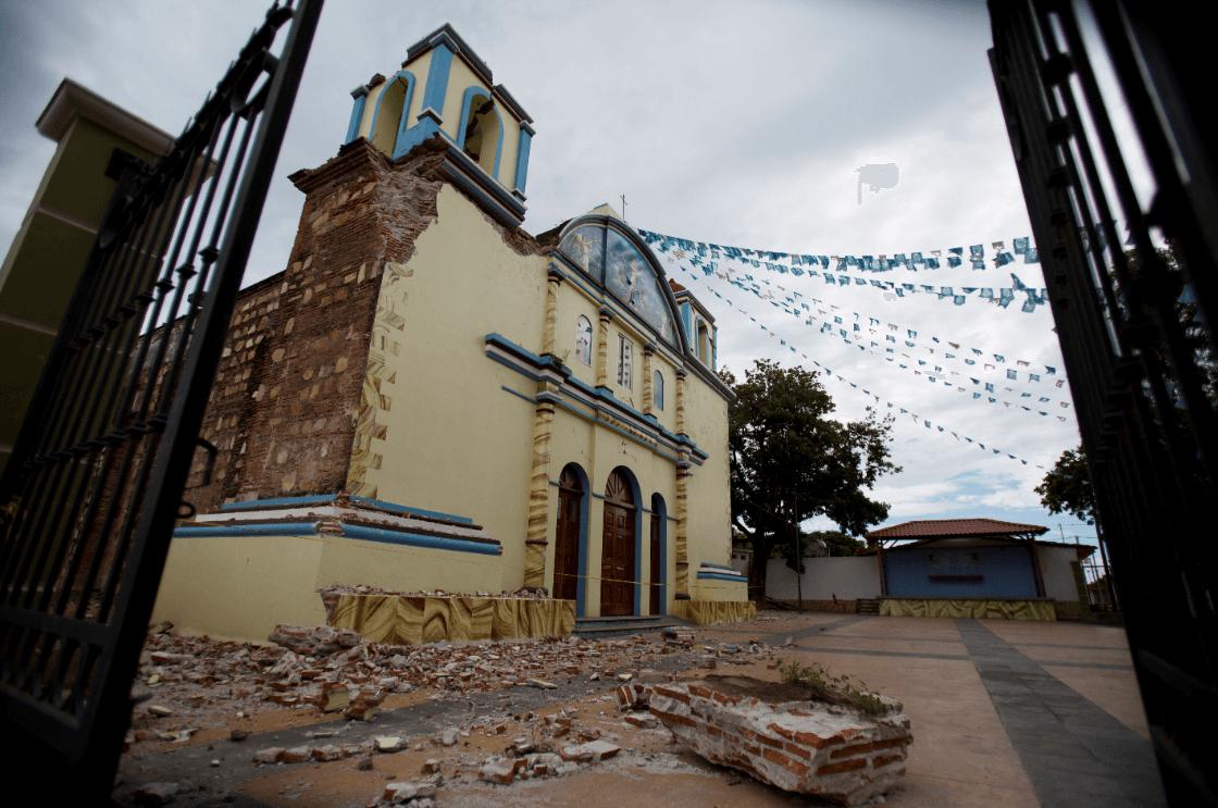 Rememoran 7 de septiembre con trajes regionales de luto