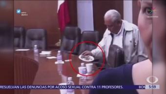 Diputado se lleva la botana sobrante en el Congreso de SLP