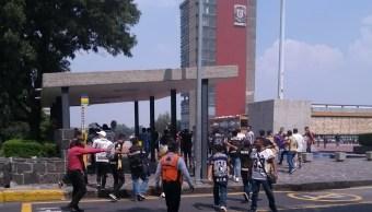 Estudiantes de CCH se enfrentan en Rectoría de la UNAM