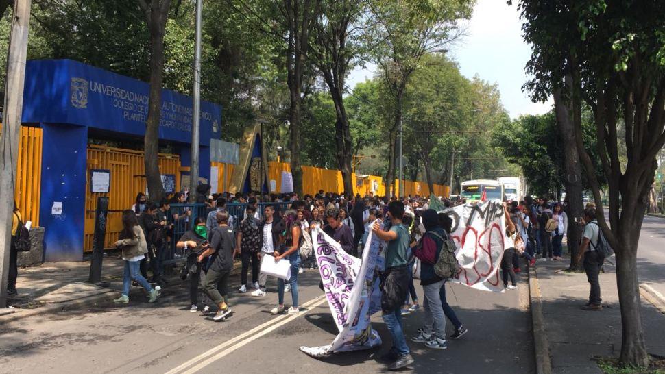 Estudiantes de CCH Azcapotzalco marchan hacia la Rectoría
