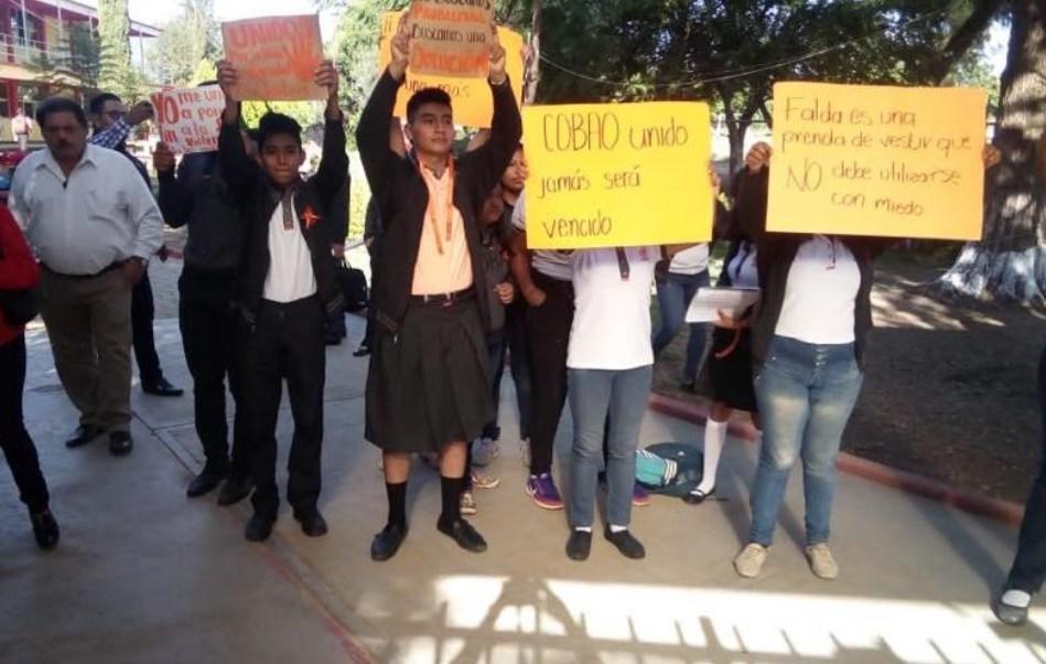 Con faldas, estudiantes de Oaxaca protestan contra presunto acoso sexual