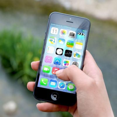Francia prohíbe que estudiantes menores de 15 años usen celular en clase