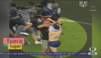 Fuera de Lugar Aficionado quita playera a jugador de futbol