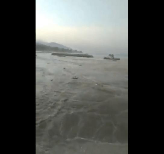 Indonesia: un terremoto de 7,5 provocó un tsunami que golpeó dos ciudades