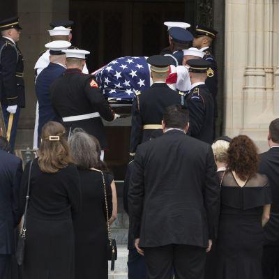 Familiares, expresidentes y amigos dan último adiós a McCain
