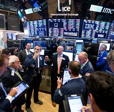 Guerra comercial y política estadounidense pegan en Wall Street