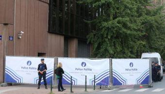 Hombre ataca con cuchillo a policía en Bruselas