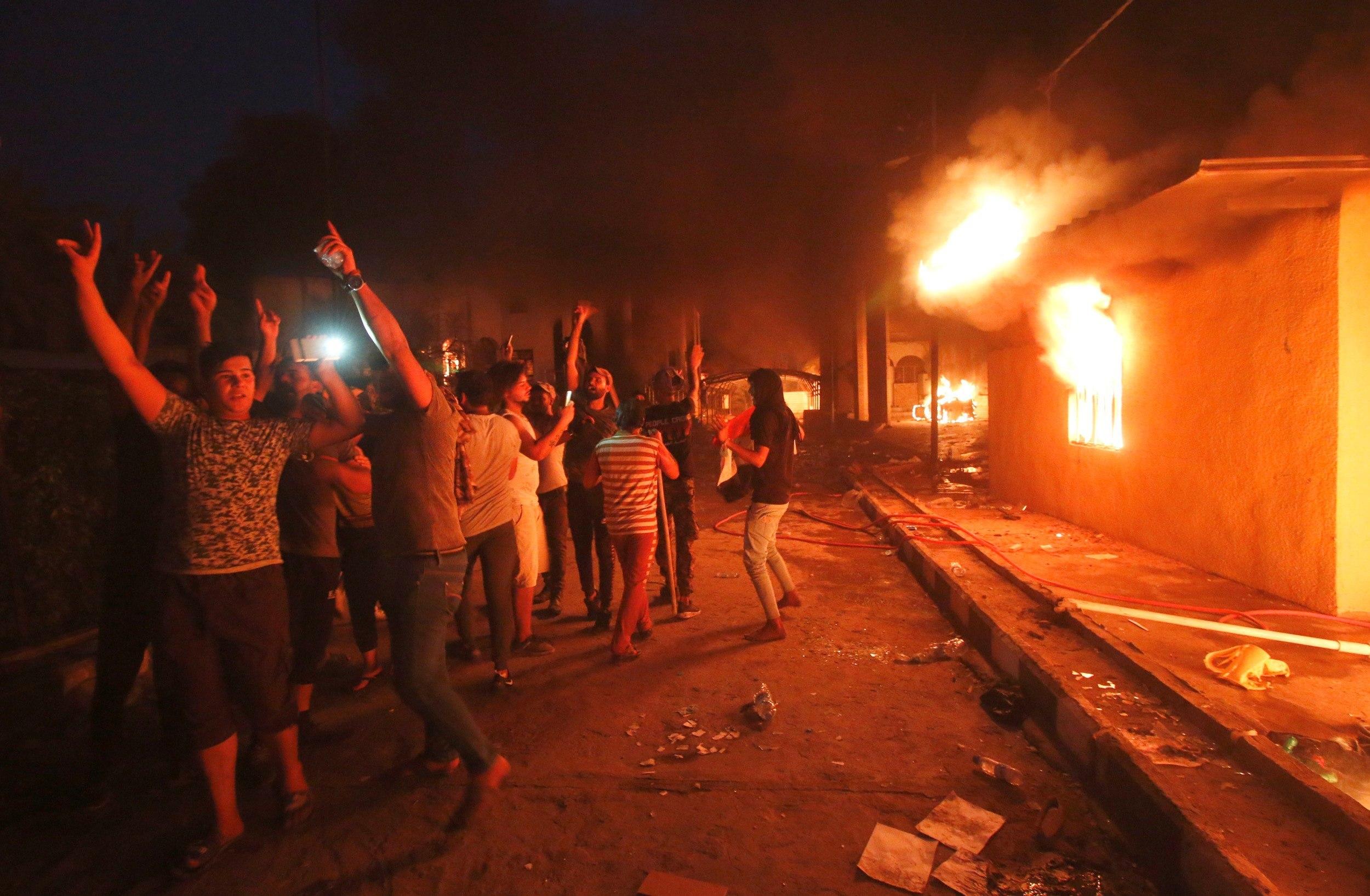 Manifestantes irrumpen y prenden fuego al consulado de Irán en Basora