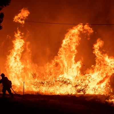Incendio forestal obliga a cerrar autopista en California