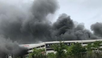 Incendio en plaza comercial en Brooklyn deja 21 heridos