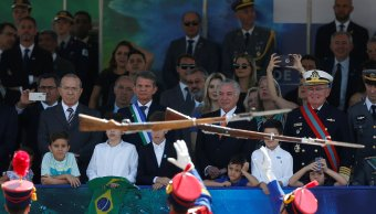 Abuchean al presidente de Brasil, Michel Temer, en desfile