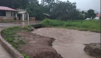 Lluvias Michoacán; desborda río en Chilchota