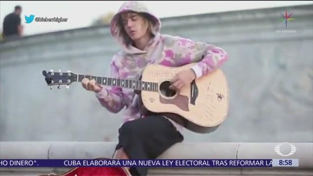 Justin Bieber da serenata a su novia en Londres