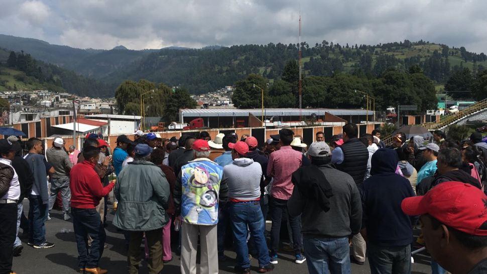 Manifestantes bloquean la autopista Puebla-México
