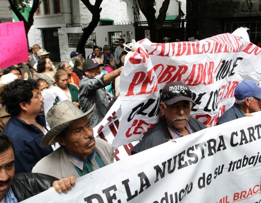 Manifestantes protestan en casa de transición de AMLO