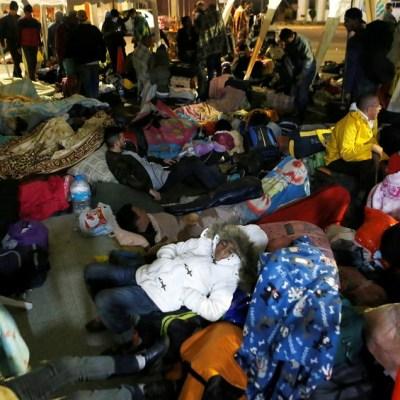Migrantes venezolanos ilegales deambulan en la frontera de Ecuador