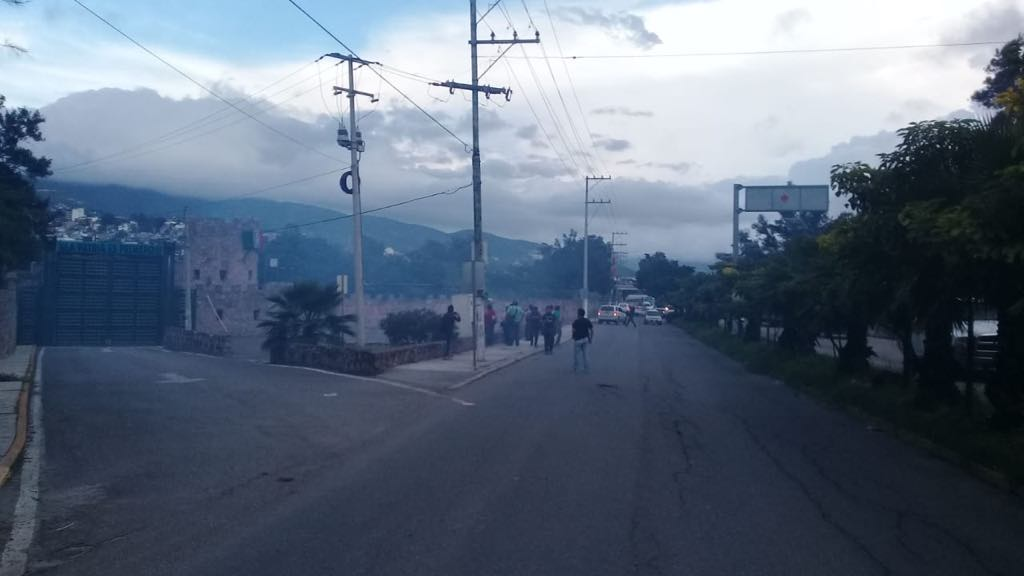 Normalistas Ayotzinapa; atacan cuartel militar Chilpancingo