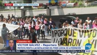 Padres de normalistas y alumnos protestan frente a PJF