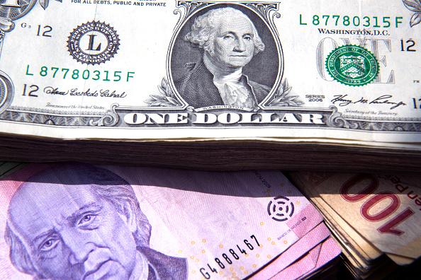 Peso mexicano pierde ante dólar, mercado atento a TLCAN