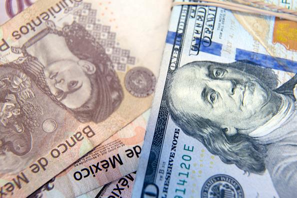 Peso mexicano pierde, espera alza de tasas de la Fed