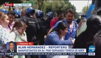 Policías repliegan a manifestación de empleados de la salud