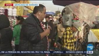 Reporñero entrevista comerciantes en Mercado de Sonora