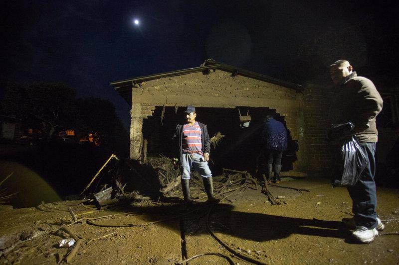 familiares buscan desaparecidos desbordamiento rio lluvias periban michoacan