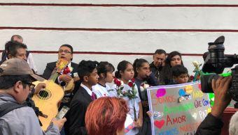 Niños llevan serenata a López Obrador y resaltan importancia de sus derechos