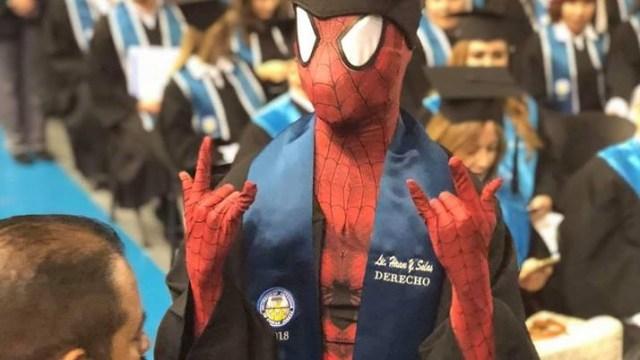 Estudiante se gradúa como abogado disfrazado de 'Spiderman'