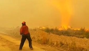 Tornado de fuego arrebata manguera a bomberos canadienses