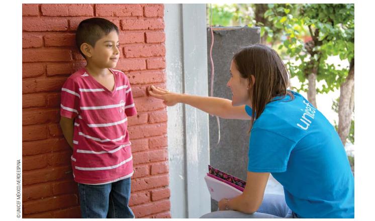 Trabajadora de Unicef charla con niño tras los sismos del 7S. (@UNICEFMexico)