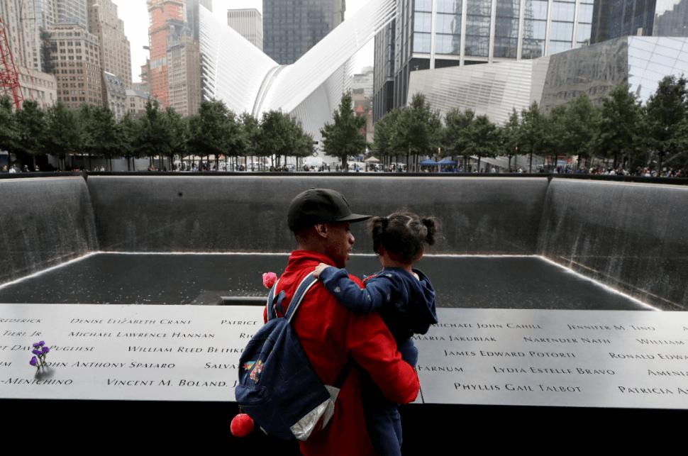 Un hombre y su hija en el lugar donde se encontraban las Torres Gemelas. (AP)