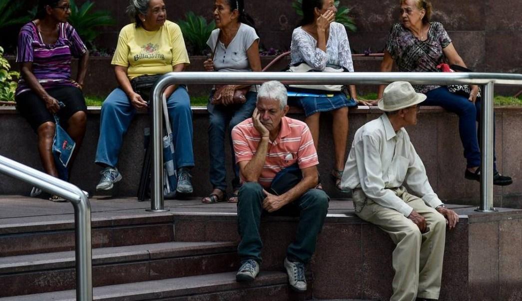 Ancianos venezolanos tardan hasta cinco horas para cobrar su pensión