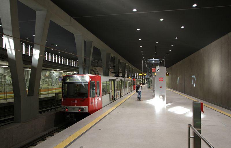 Joven enojado arroja a desconocido a vías del metro