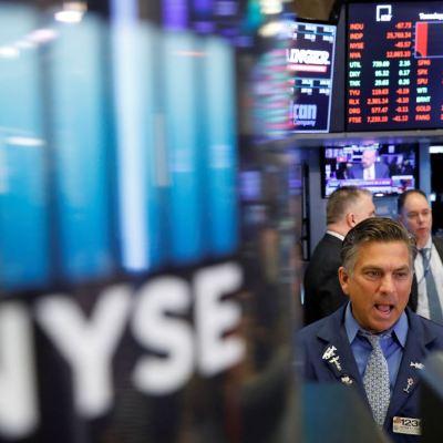 Wall Street opera en rojo a media sesión ante nuevos aranceles a China